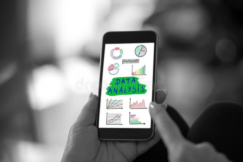 Het concept van de gegevensanalyse op een smartphone royalty-vrije stock afbeelding