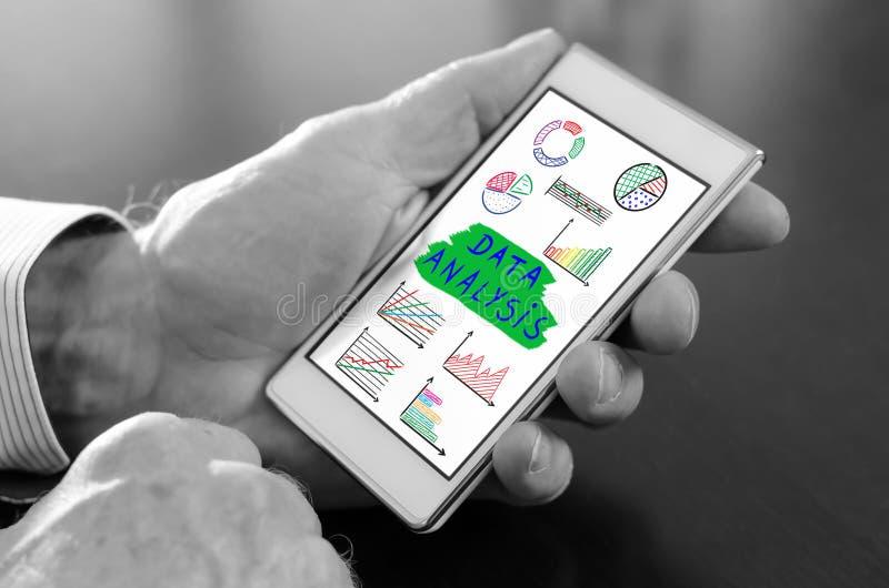 Het concept van de gegevensanalyse op een smartphone stock foto's