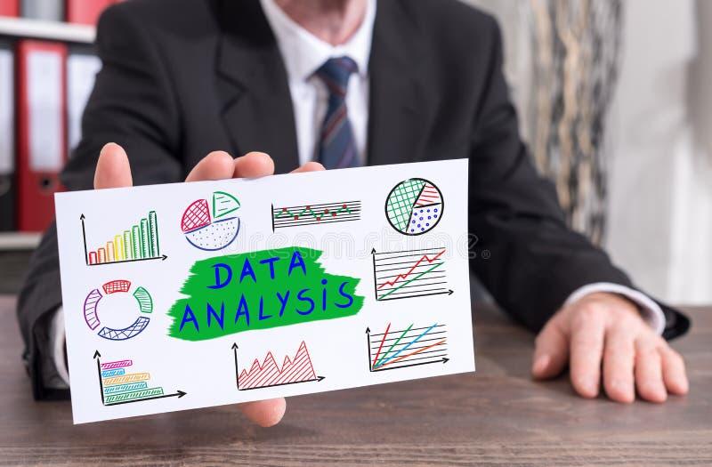 Het concept van de gegevensanalyse op een systeemkaart stock foto's