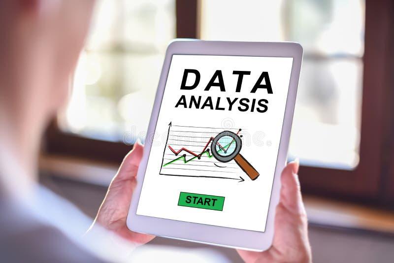 Het concept van de gegevensanalyse op een tablet royalty-vrije stock afbeelding