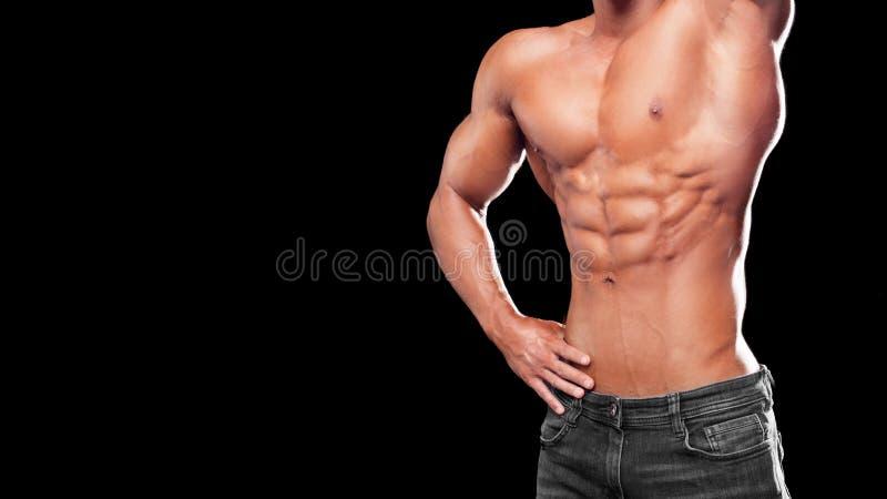 Het concept van de geschiktheid Spier en geschikt torso van de jonge mens die perfecte abs, bicep en borst Mannelijke homp met at stock afbeeldingen