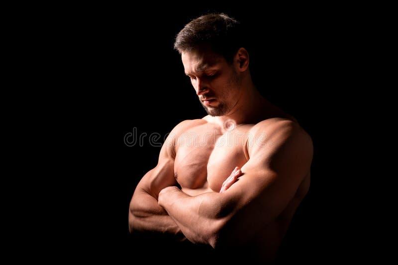 Het concept van de geschiktheid Spier en sexy torso van de jonge mens die perfecte abs, bicep en borst Mannelijke homp met atleti royalty-vrije stock afbeelding