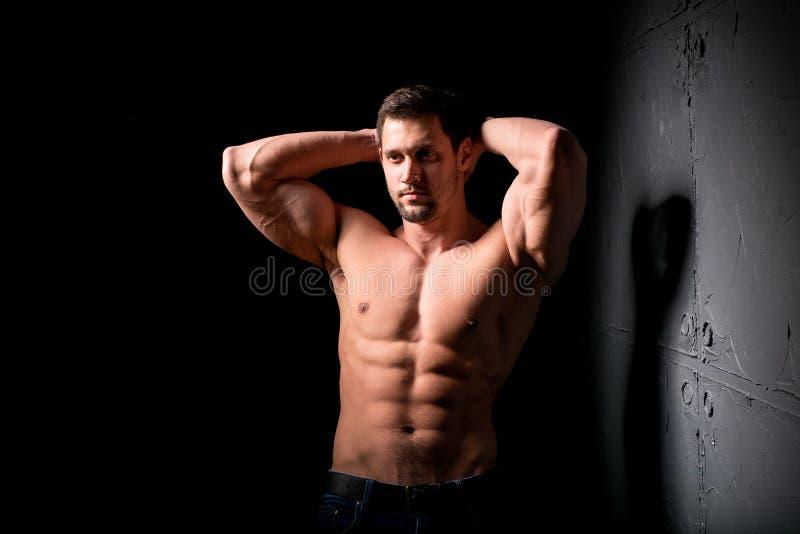 Het concept van de geschiktheid Spier en sexy torso van de jonge mens die perfecte abs, bicep en borst Mannelijke homp met atleti stock afbeeldingen