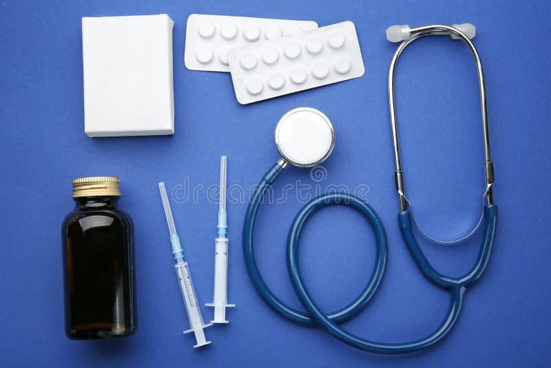 Het concept van de gezondheidszorg Samenstelling met pillen en medisch materiaal stock fotografie