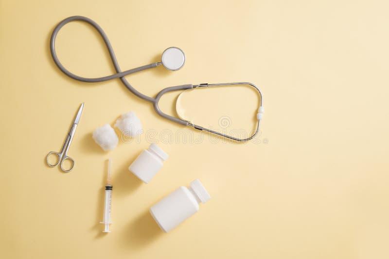 Het concept van de gezondheidszorg Samenstelling met pillen en medisch materiaal  stock foto's