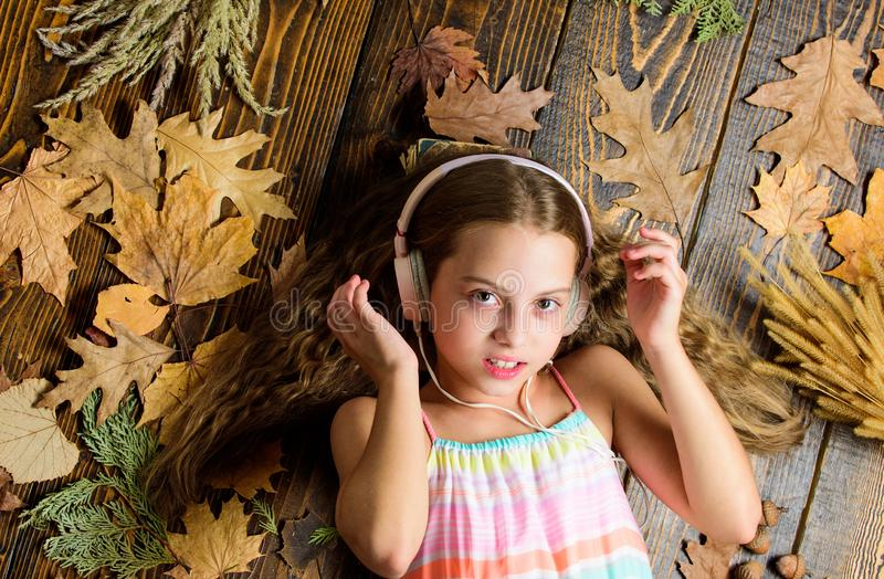 Het concept van de de herfstmelodie Het kind luistert muziek die hoogste mening ontspannen Playlist Beste liederen van de de herf royalty-vrije stock afbeeldingen