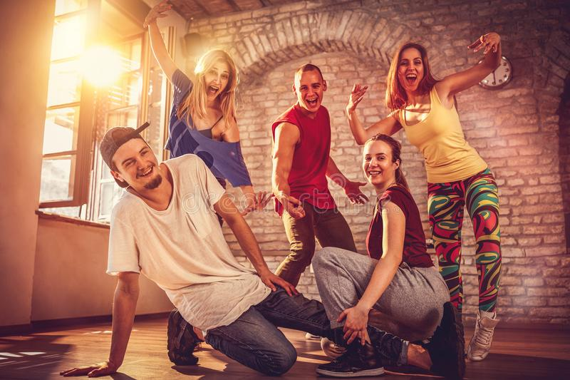 Het concept van de hiphoplevensstijl - team van de dansers het stedelijke hiphop stock fotografie