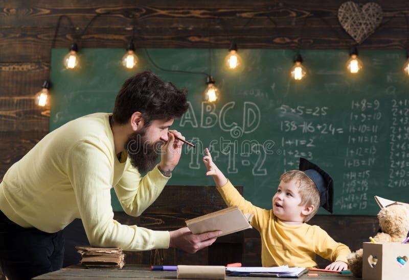 Het concept van de informatie Het aandeelinformatie van de mensenleraar met leerling in school Het kind krijgt informatie van lez royalty-vrije stock foto