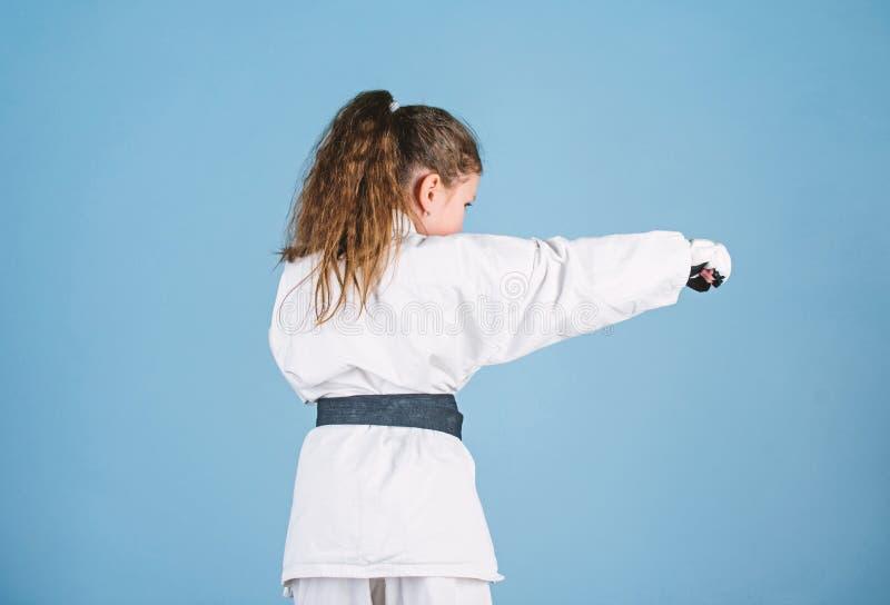 Het concept van de karatesport Zelf - defensievaardigheden De karate geeft gevoel van vertrouwen Sterk en zeker jong geitje Zij i royalty-vrije stock foto's