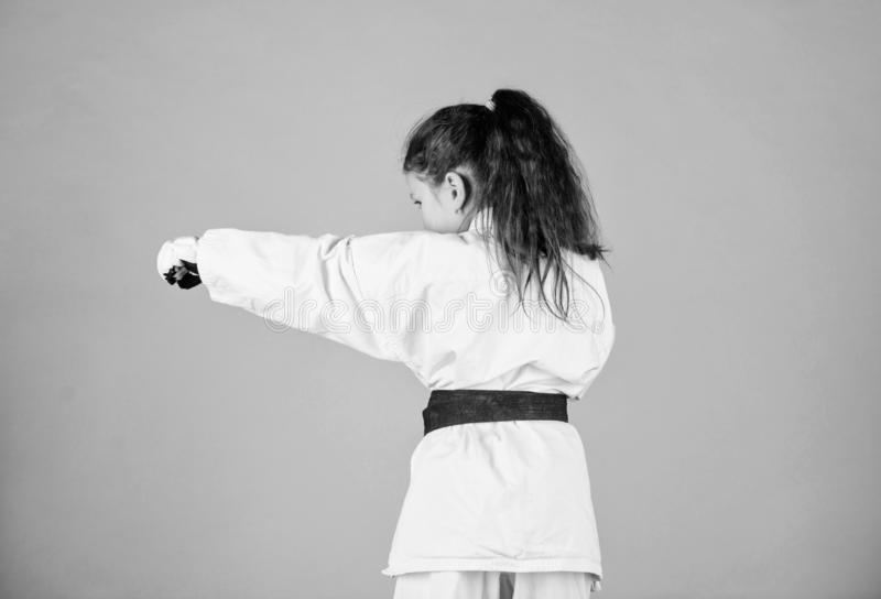 Het concept van de karatesport Zelf - defensievaardigheden De karate geeft gevoel van vertrouwen Sterk en zeker jong geitje Zij i stock fotografie