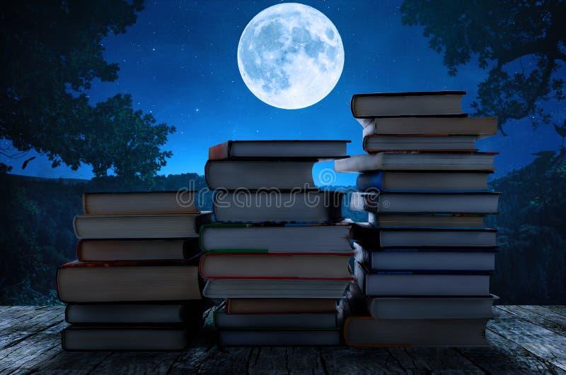 Het concept van de kennis Stapel boeken op een nacht royalty-vrije stock afbeeldingen