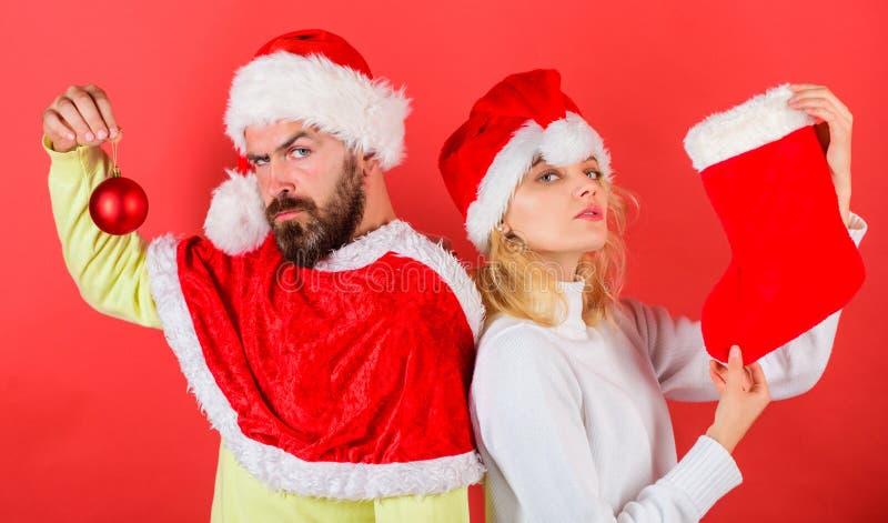 Het concept van de Kerstmisviering De traditie van de Kerstmiskous Van het santakostuum van paarkerstmis de greepsok en ornamentb stock foto