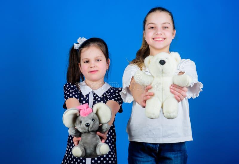 Het concept van de kinderendag gelukkige kleine zustersmeisjes die spel in speelkamer spelen speelplaats in kleuterschool handmad royalty-vrije stock afbeeldingen