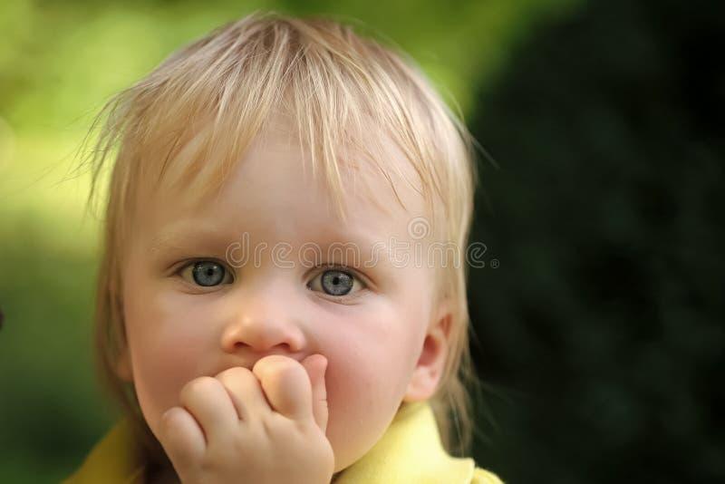 Het Concept van het de Kinderengeluk van kindkinderjaren Babyzuigeling met blauwe ogen op leuk gezicht royalty-vrije stock afbeelding