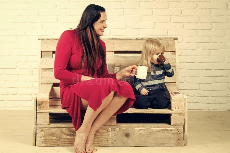 Het Concept van het de Kinderengeluk van kindkinderjaren Klein jongen en meisje op bank met celtelefoon royalty-vrije stock afbeelding