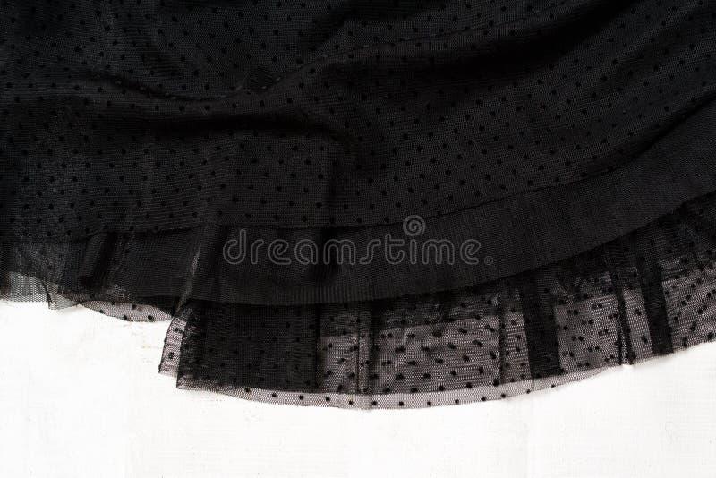 Het concept van de klerenmanier Detail van de zwarte rok van Tulle op witte houten achtergrond Hoogste mening stock afbeeldingen
