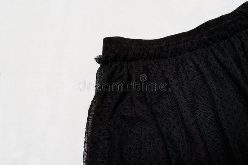Het concept van de klerenmanier Detail van de zwarte rok van Tulle op witte houten achtergrond Hoogste mening stock foto's