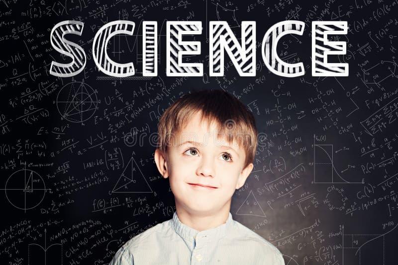 Het concept van de Lernwetenschap Slim studentenkind op bord stock fotografie