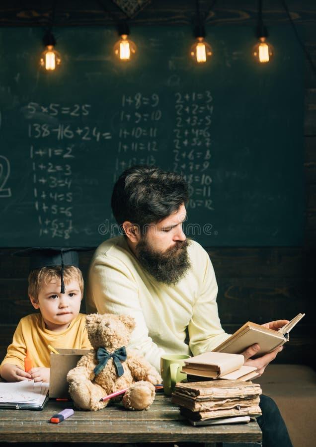 Het concept van de lezing Het boek van de leraarslezing aan schooljongen Weinig kind luistert aan het boek van de mensenlezing in stock afbeeldingen