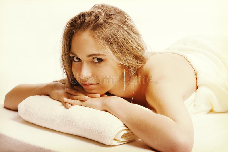 Het concept van de lichaamsbehandeling Mooie jonge vrouw die op voor liggen en camera bekijken stock foto's