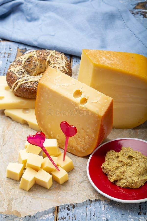 Het concept van de liefde Edammer kaas, blokken van jonge en oude Gouda harde kaas royalty-vrije stock fotografie