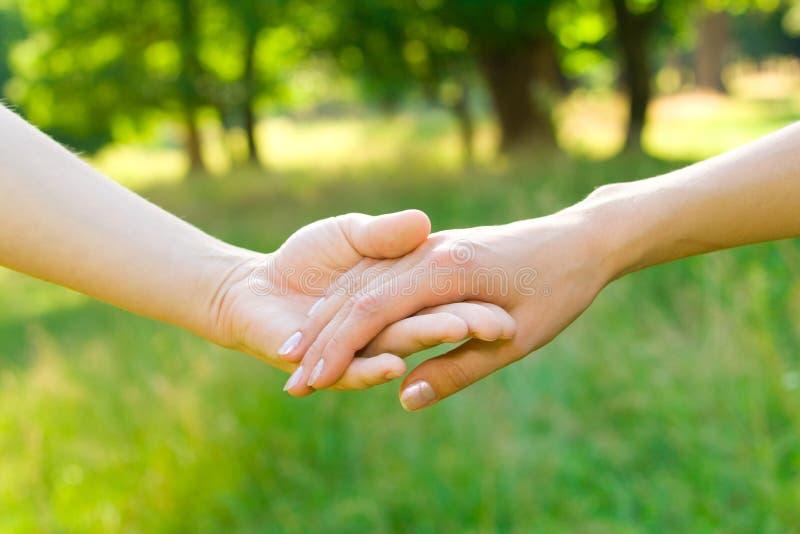Het concept van de liefde en van de vriendschap - handen royalty-vrije stock foto