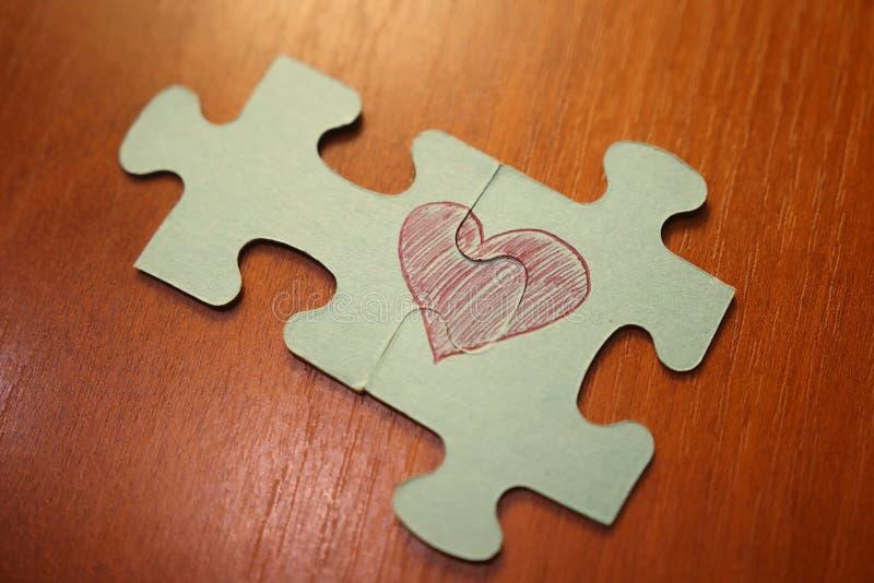 Het concept van de liefde rood hart van raadsels het hartpictogram bestaat uit raadsels Het vouwen van raadsel van liefde royalty-vrije stock foto's