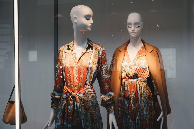 Het concept van de manier Foto twee elegante vrouwelijke ledenpoppen die kleren aantonen stock foto
