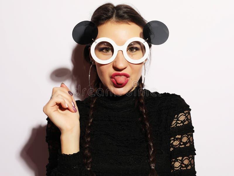 Het concept van de manier Schoonheid verrast mannequinmeisje die grote zonnebril dragen Jong meisje makeup stock fotografie