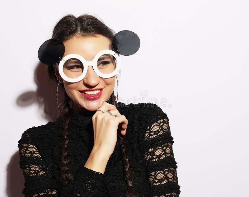 Het concept van de manier Schoonheid verrast mannequinmeisje die grote zonnebril dragen Jong meisje makeup royalty-vrije stock fotografie