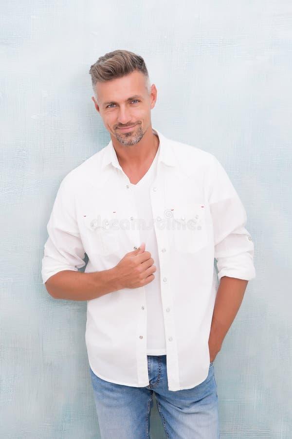 Het concept van de manier Winkel van mensen de modelkleren Rijp mensenmodel Comfortabel voelen dag aan dag Menswear en modieus royalty-vrije stock foto