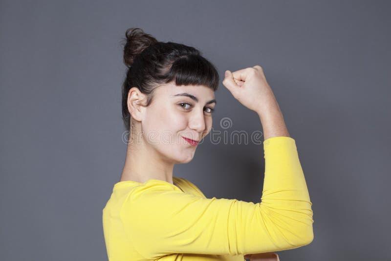 Het concept van de meisjesmacht voor opgewonden jong brunette stock afbeelding