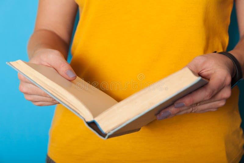 Het concept van de onderwijslevensstijl, vrouw gelezen boek De kennis, leert stock foto's