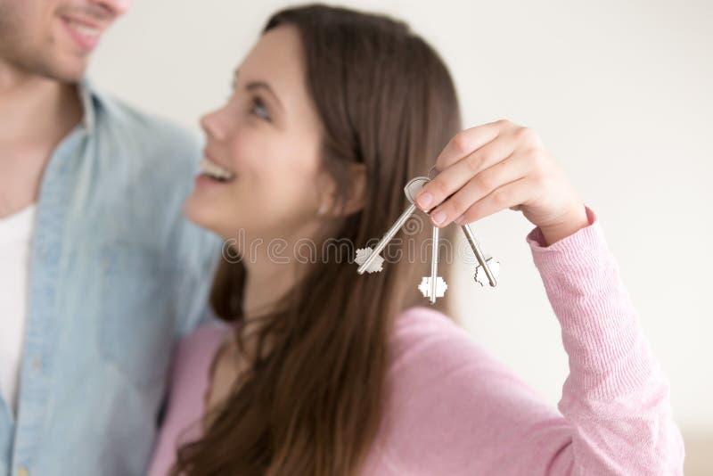 Het concept van de onroerende goedereneigendom, paar met sleutels tot nieuw huis stock afbeelding