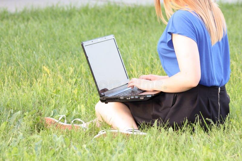 Het concept van de opleiding Meisje en laptop Mededeling royalty-vrije stock afbeeldingen