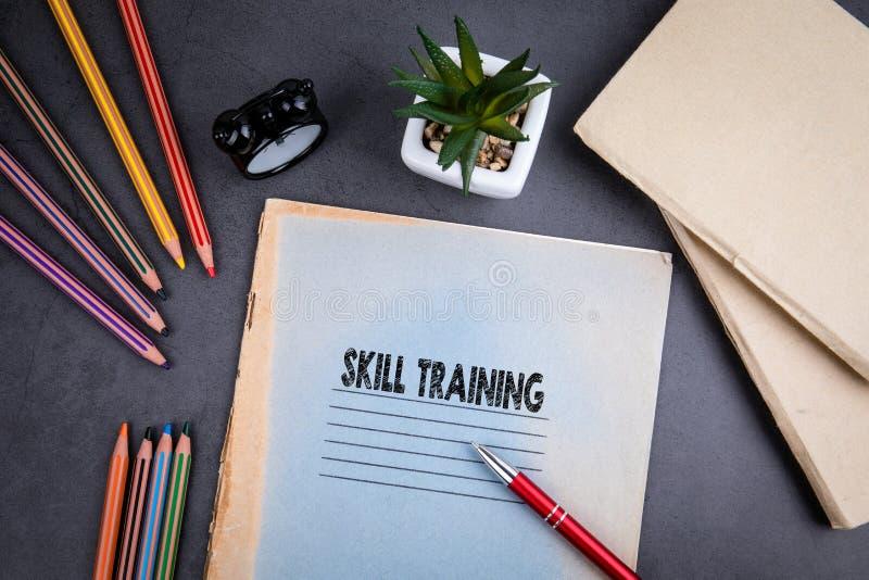 Het concept van de Opleiding van de Vaardigheid Laptop en pen op grijze bureau royalty-vrije stock foto