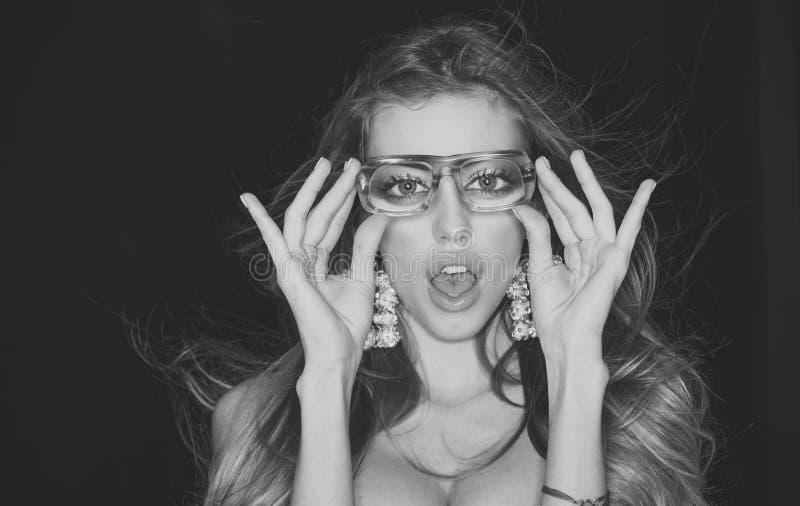 Het concept van de opticaopslag De behoeften moderne oogglazen van meisjes korte sightedness De vrouw met verrast gezicht draagt  stock afbeelding
