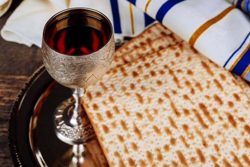 Het concept van de Paschavakantie met wijn en matzoh over rustieke achtergrond met exemplaarruimte stock afbeelding