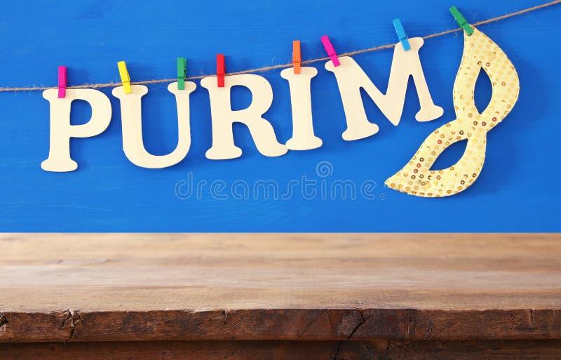 Het concept & x28 van de Purimviering; Joods Carnaval holiday& x29; voor lege houten lijst de achtergrond van de productvertoning stock foto's