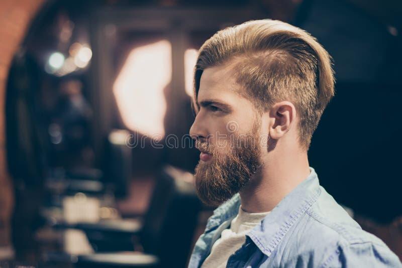 Het concept van de reclameherenkapper Vertrouwt het profiel zijportret van toe royalty-vrije stock foto
