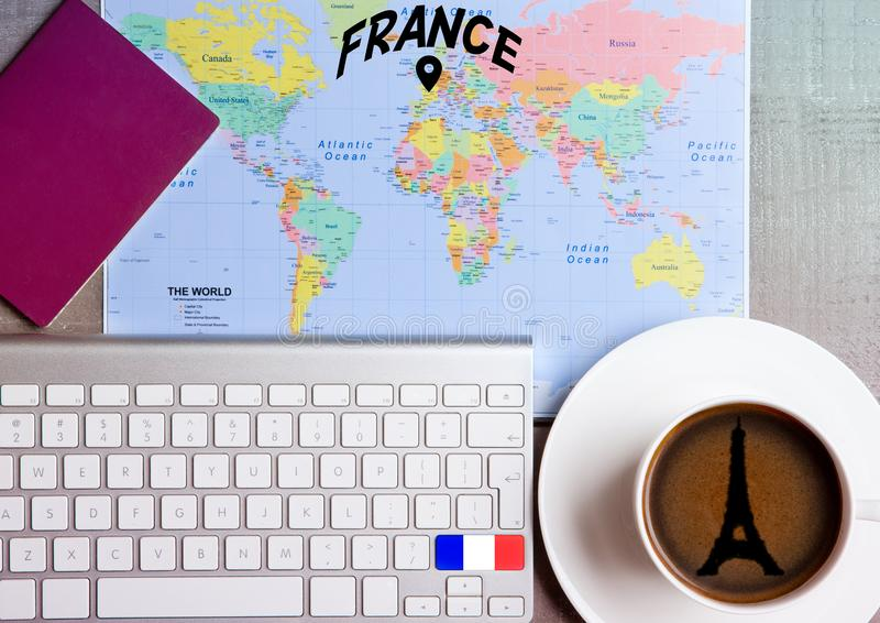 Het concept van de reisvakantie met koffie en kaartvlag royalty-vrije stock foto's