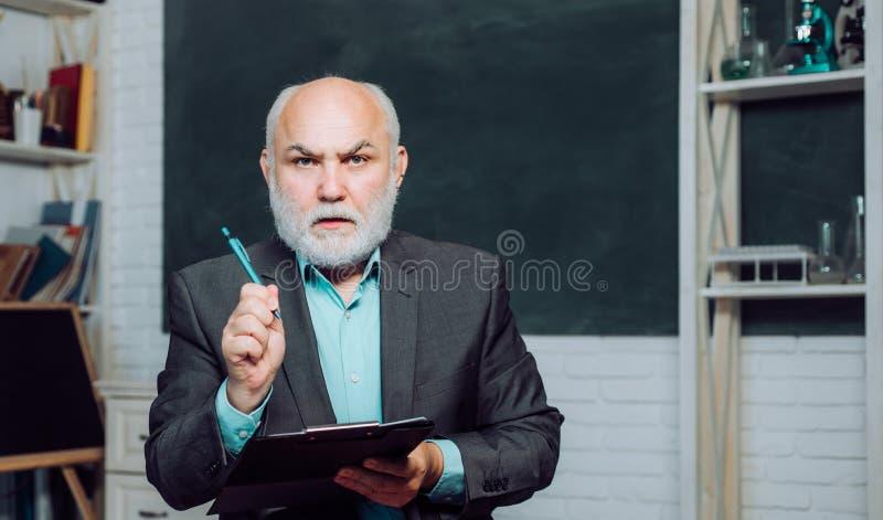 Het concept van de school Examen in universiteit Terug naar school en gelukkige tijd Het exemplaarruimte van het middelbare schoo stock foto's