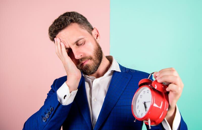 Het concept van de spanning Rijpe die mensenbaard wegens het werk wordt vermoeid De zakenman heeft gebrek aan tijd De vaardighede stock foto