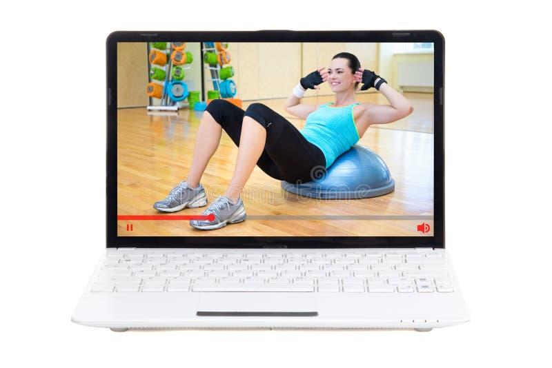 Het concept van de sportblog - vrouw die haar tonen die in gymnastiek online opleiden royalty-vrije stock afbeelding