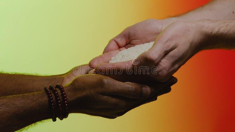 Het concept van de steun voorraad Empathie, medeleven, hulp, vriendelijkheid Humanitaire hulp aan Afrikaanse landen De handen gie stock fotografie
