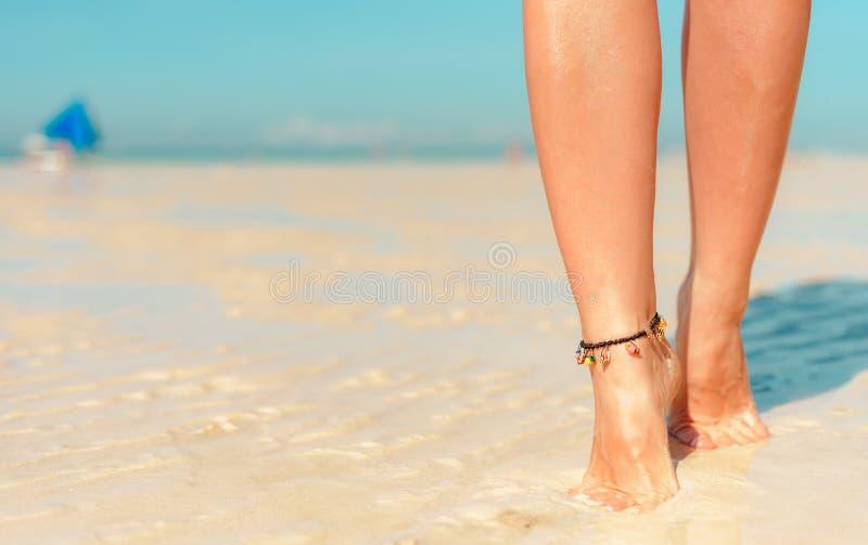 Het concept van de strandreis Benen op Tropisch Zandstrand Lopende Vrouwelijke Voeten close-up royalty-vrije stock foto's