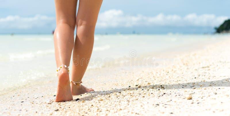 Het concept van de strandreis Sexy Benen op Tropisch Zandstrand Lopende Vrouwelijke Voeten close-up stock fotografie