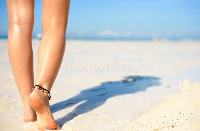 Het concept van de strandreis Sexy Benen op Tropisch Zandstrand Lopende Vrouwelijke Voeten close-up royalty-vrije stock foto