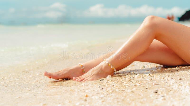 Het concept van de strandreis Sexy Benen op Tropisch Zandstrand Lopende Vrouwelijke Voeten close-up stock afbeelding
