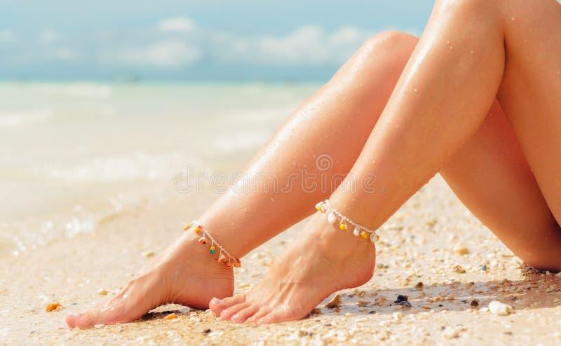 Het concept van de strandreis Sexy Benen op Tropisch Zandstrand Lopende Vrouwelijke Voeten close-up royalty-vrije stock afbeeldingen